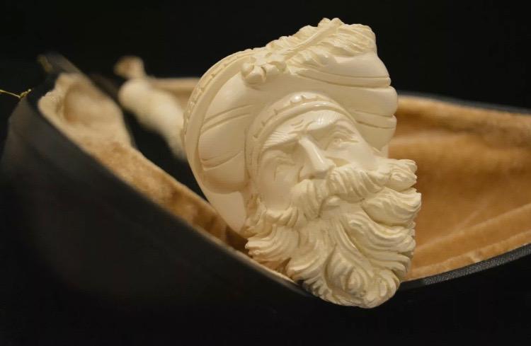 Pipa de espuma de mar que reproduce la cabeza de un pirata con su barba y gorro con una pluma.