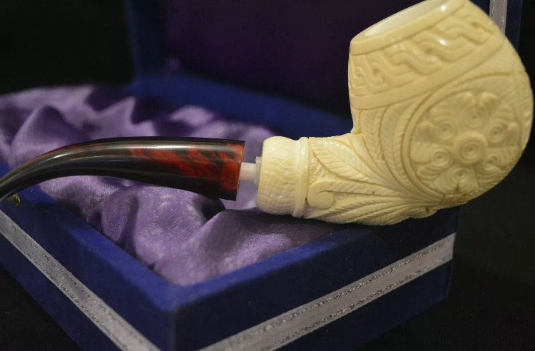 Pipa de espuma de mar lisa y sobre una caja. En el exterior hay diferentes detalles geométricos tallados a mano.