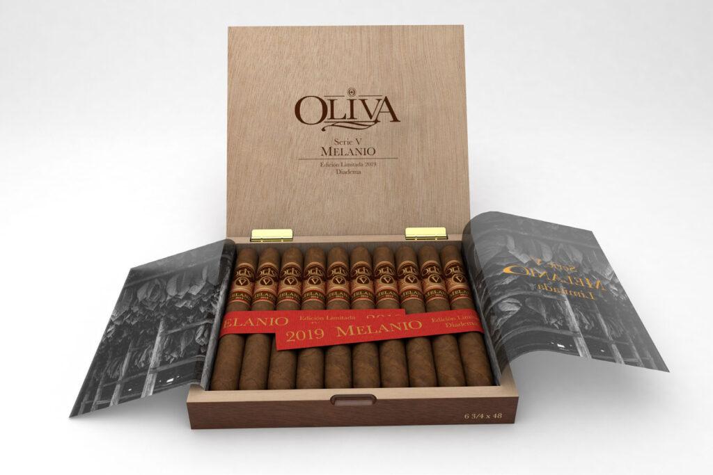 Una caja de tabaco de puros abierta, con los cigarros y el adorno de protección.